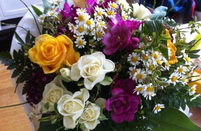 blumenstrauss 665x435 - Warum ein drittes Kind super ist! Blogger gratulieren Katharina zur Schwangerschaft -