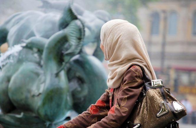 """muslima 665x435 - """"Fühlst du dich als Frau im Islam ernst genommen?"""": Nachgehakt – wie lebt es sich als Muslima mit Kopftuch in Deutschland? -"""