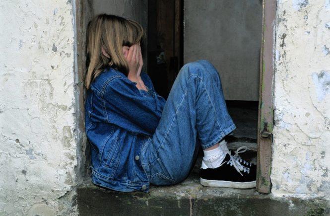 child sitting 1816400 1280 665x435 - Leserfrage: Mein Kind zieht sich mehr und mehr zurück - was soll ich tun? -