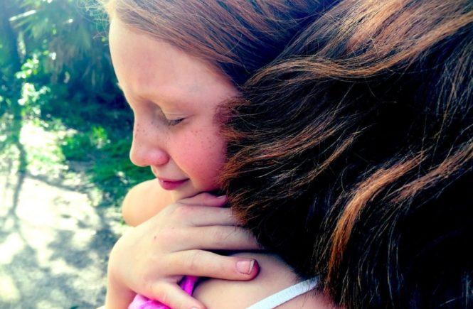 hug 1315545 1280 665x435 - Gastbeitrag von Anne: Wie Mobbing unserer Tochter das Leben schwer machte... -