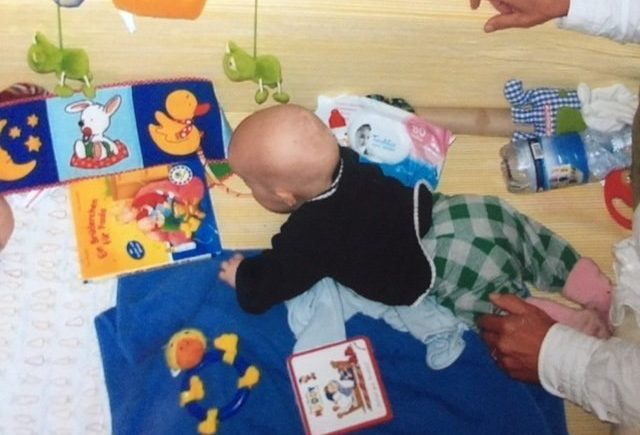 """kindersicherheit krabbelkind 640x435 - Wie gestalte ich meine Wohnung kindersicher? Interview mit Inke Ruhe vom Verein """"Mehr Sicherheit für Kinder"""" e.V.  - in Kooperation mit Ariel -"""