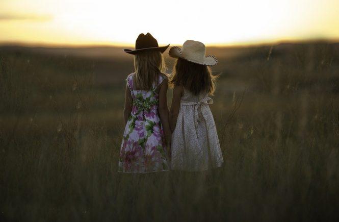 sisters 931151 960 720 665x435 - Gastbeitrag von Nina: Warum mich diese heilen Familien-Fotos auf Facebook nerven -