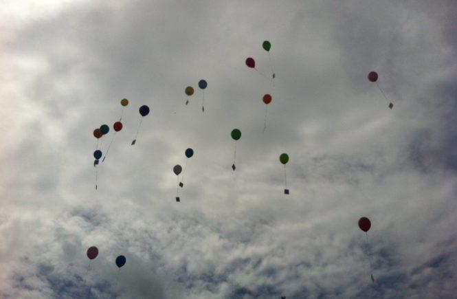 ballons 665x435 - Abschied nehmen: Was Müttern und Vätern nach dem Tod ihres Kindes geholfen hat -