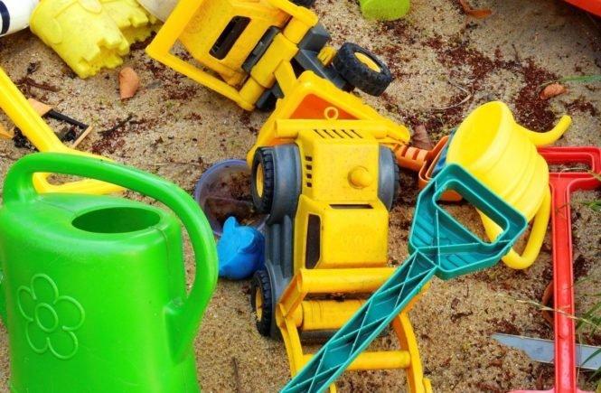 kindergarten sandkasten spielzeug 665x435 - Keine Pausen! Leserfrage: Wieso denkt niemand an die Erzieher? Wie sollen sie das schaffen? -