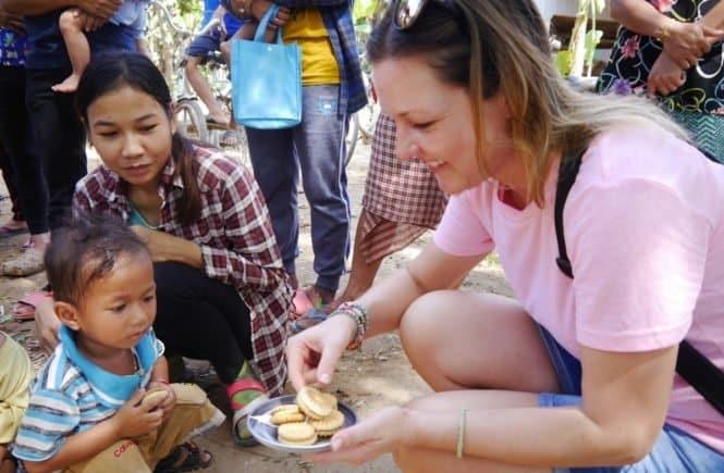 leo ein keks vor dem zaehneputzen 665x435 - Leonies Reise nach Kombodscha: Die eigenen Kinder zurücklassen, um sich um andere zu kümmern -