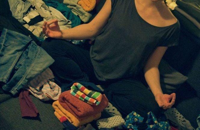 meditierenzwischenwaeschebergen fotor 665x435 - Ohhhmmm, hier gibt´s Yoga-Tricks von Julia gegen Mama-Stress -