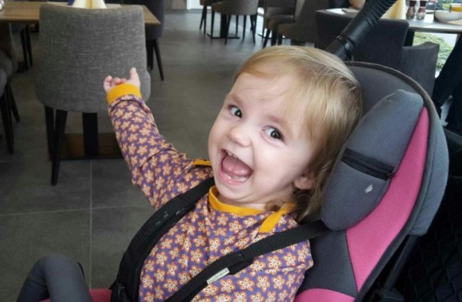 tammi lacht 0 665x435 - Weihnachtswunder gesucht! Sauerstoffmangel unter der Geburt: Wer kann Tammis Therapie unterstützen? -
