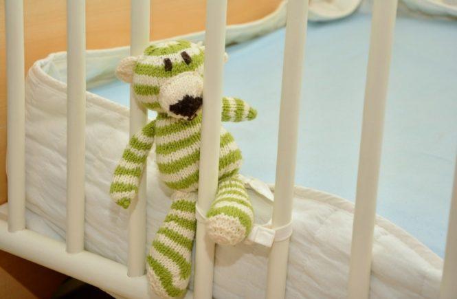 bett 2 665x435 - Leserfrage: Mein Kind klettert immer aus dem Gitterbett - was soll ich tun? -
