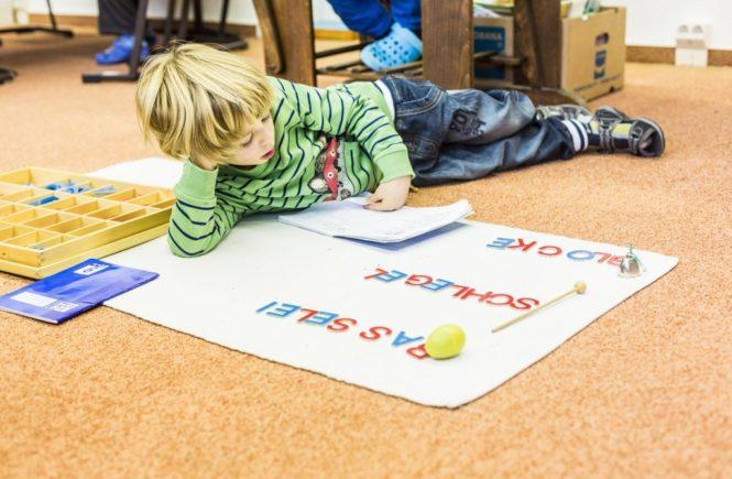 freiarbeit123 montessoristiftungberlin katrindinkel 665x435 - Warum kein Kind unbeschulbar und Vor-Sich-Hin-Träumen wichtig ist - Interview zum Thema Montessori -