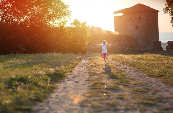 girl 2398821 1280 665x435 - Leserfrage: Brauchen Kinder unbedingt Geschwister? -