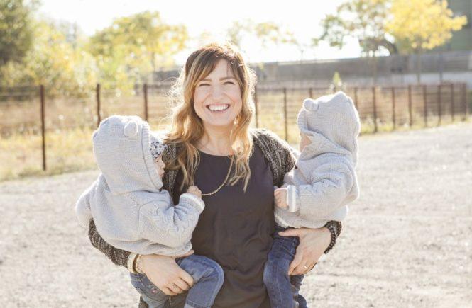 doppelkinder2 665x435 - Doppel-Stillen, Schlaf-Entzug: Über die Schicksalsjahre einer Zwillingsmutter, die sich ihren Humor bewahrt hat -