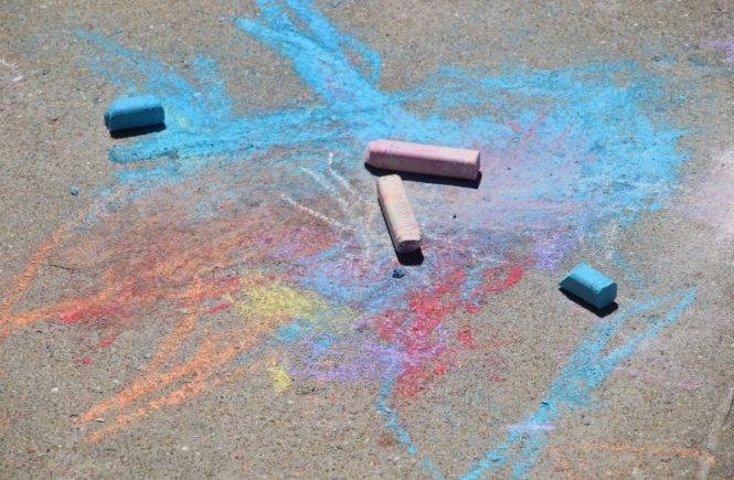 sidewalk chalk 3367719 1280 665x435 - Leserfrage: Wie reagiere ich, wenn es plötzlich doch keinen Kitaplatz gibt? -