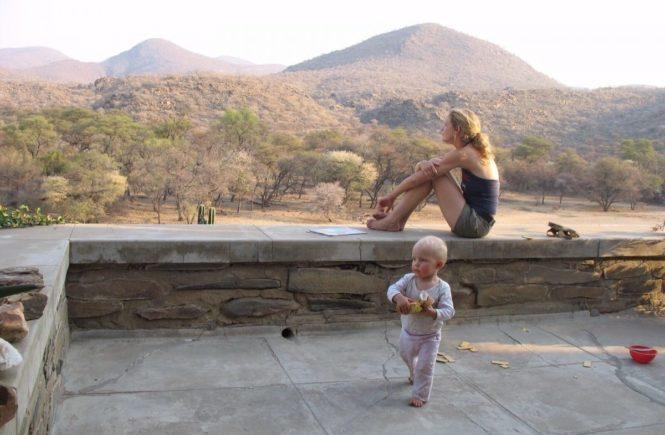 namibia mit kind 665x435 - Mit Kind zu Hause oder auf Achse: Bin ich in der Elternzeit eigentlich krankenversichert? -