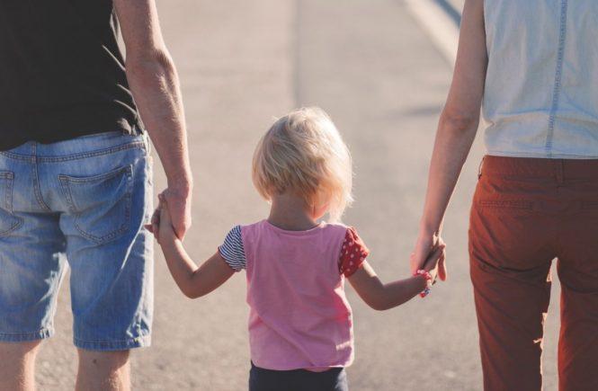 affection 1866868 1280 665x435 - Leserfrage: In wieweit darf ein neuer Partner Euer Kind miterziehen? -