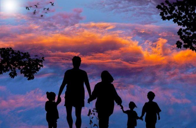 familie mit drei kindern 665x435 - Ja, nein, vielleicht: Sollen wir ein drittes Kind bekommen? Pro und Contra -