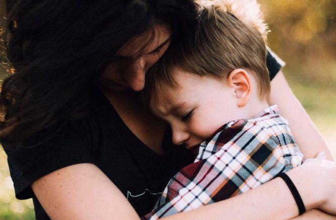 mutter troestet kind 665x435 - Neu in Kita oder Schule: Umarmt eure Kinder, wenn sie durchdrehen -
