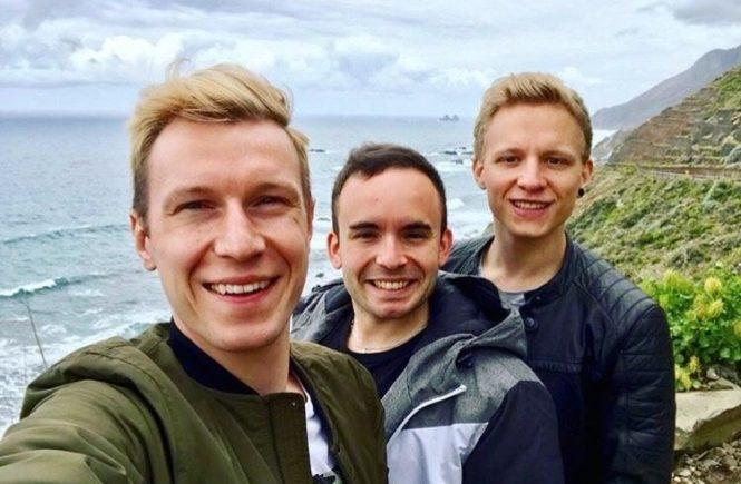 traerchen im urlaub 665x435 - Nicht Pärchen, sondern Trärchen: Diese drei Jungs führen eine Beziehung zu dritt – kann das gut gehen? -