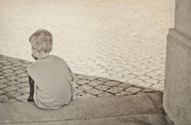 junge traurig 665x435 - Wie kann ich mein Kind auffangen, wenn der Vater sich von seiner neuen Frau trennt? -
