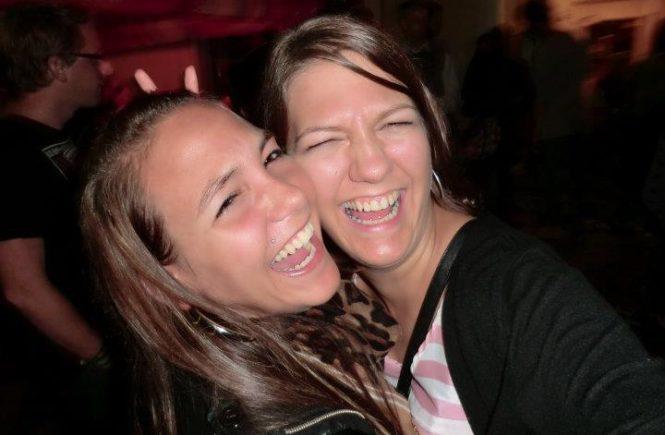 larissa biber schwester 665x435 - Ein Buch wie eine Liebeserklärung ans Leben: Katy schreibt über den Mord an ihrer Schwester - und wie sie lernte, mit der Trauer zu leben - In ihrem Buch nimmt uns Katrin Biber mit in die Achterbahn der Gefühle nach dem Mord an ihrer Schwester. Und zeigt Wege raus aus der Trauer.