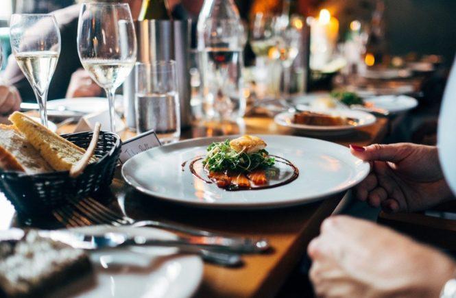restaurant 691397 1280 665x435 - Essen gehen mit Kindern - warum tun wir uns das nur an? -