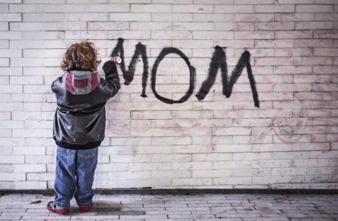 mom graffito 665x435 - Anderen etwas Gutes tun: Wie wir zurückliegende Negativ-Erfahrungen konstruktiv nutzen können -
