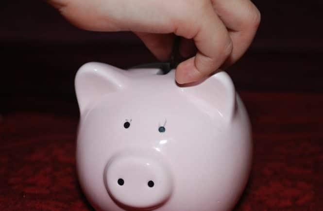 piggy bank 477979 1280 665x435 - Leserfrage von Steffi: Ab wann bekommen Eure Kinder Taschengeld? -