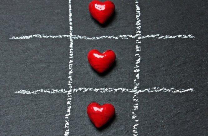 tic tac toe 1777855 1280 665x435 - Küsse, Affären, sogar Beziehungen: Was, wenn in der Ehe alles erlaubt ist? Interview mit einem polyamoren Elternpaar -