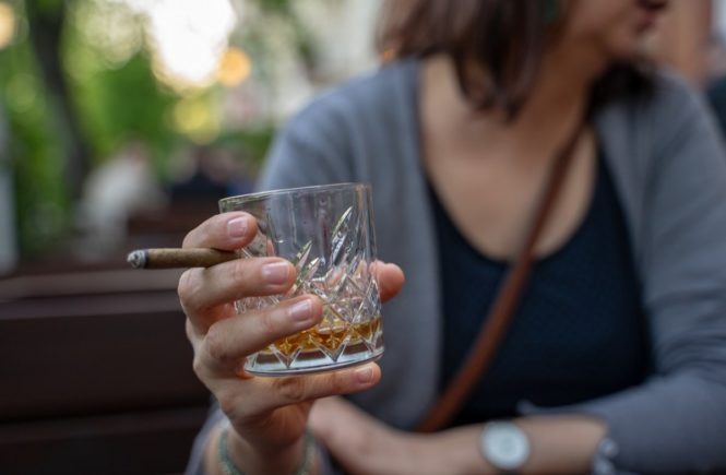 whiskey glass 4144392 1280 665x435 - Wenn Mama trinkt - wie Kathi es geschafft hat, ihre Alkoholsucht zu überwinden -
