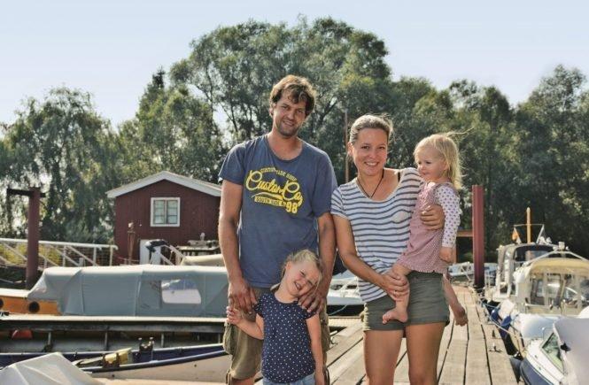 hausboot familienfoto 665x435 - Wohnen auf dem Hausboot! Diese Familie lebt ihren Traum, weil die Mieten zu teuer waren -