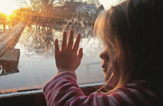 hausboot kind 665x435 - Alleinerziehend: Wie erkläre ich meinem Kind, dass der Papa keinen Kontakt will? - Alia lebt mit ihrer Tochter alleine. Der Papa will keinen Kontakt, worunter das Kind leidet....