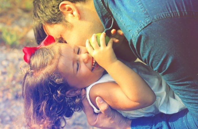 glueckliche kinder 665x435 - Entspannte Eltern, glückliche Kinder? Was, wenn in der Familie doch öfter die Fetzen fliegen? -
