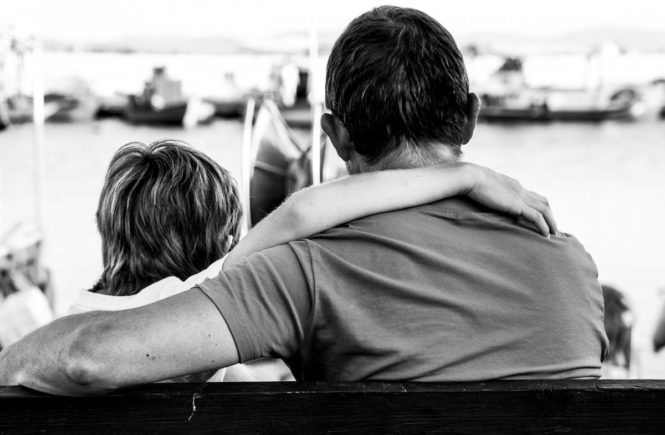 people 3144087 1280 665x435 - Leserfrage: Kann ein Vater nach jahrelanger Funkstille wieder eine Bindung aufbauen? -