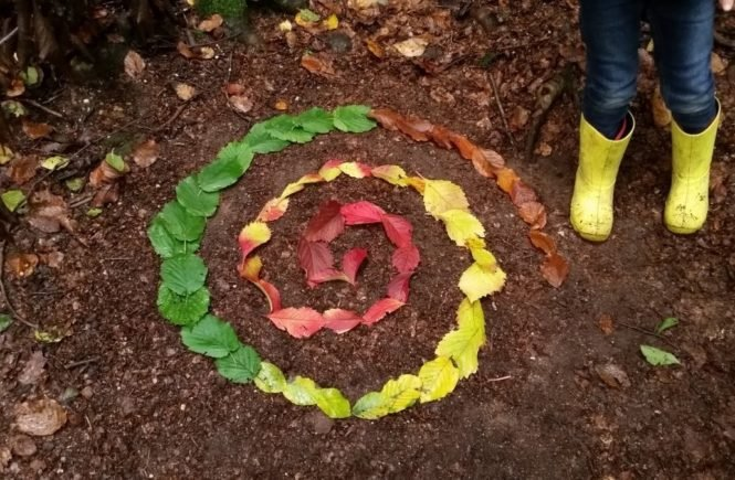 wald landart spirale 665x435 - Ab in den Wald: Fünf Ideen zum Bauen, Basteln und Spielen mit Kindern im Herbst -