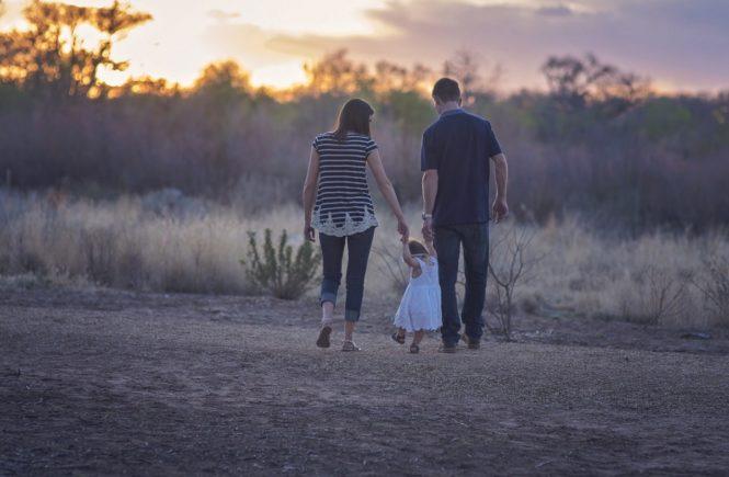 family 2485714 1920 665x435 - Wie ich mich im Baby-Alltag verlor und jetzt besser auf mich aufpasse - Manchmal ist es als Frau und Mutter gar nicht so leicht, sich im Alltag mit Kind nicht zu verlieren. Hier erzählt Julia ehrlich über diese Zeit.