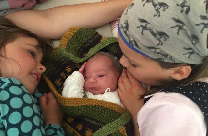 geburt mit geschwistern 665x435 - Geburt mit Geschwistern: Die großen Mädchen durften schauen, ob das Baby ein Mädchen oder Junge ist - Ein Baby zu Hause in der badewanne bekommen, während nebenan die anderen Kinder spielen? Katharina hat es gewagt und ist begeistert.