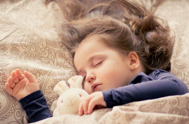 Schlafendes Kind.