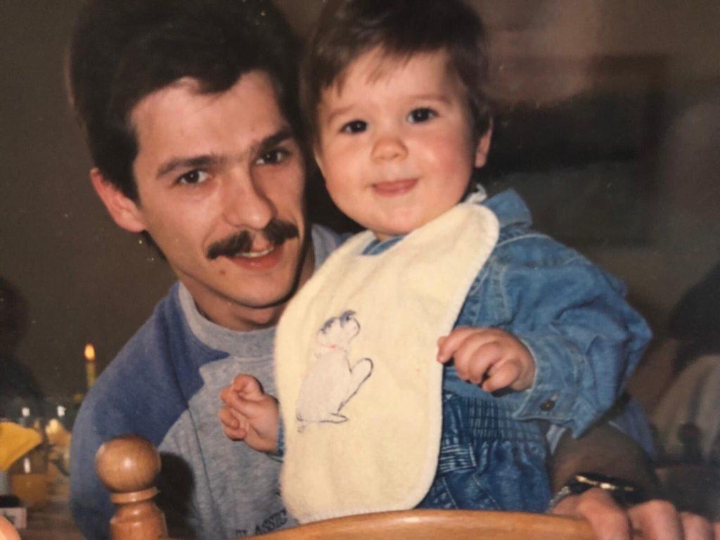 """Norman mit Vater Arm 1024x768 - Mein Vater ist obdachlos: Wie ich ihn durch eine Twitter-Suche wiederfand - Norman, bekannt von Twitter als """"deintherapeut"""", hat öffentlich nach seinem Vater gesucht - und ihn auf der Straße gefunden. Uns erzählt er heute davon."""