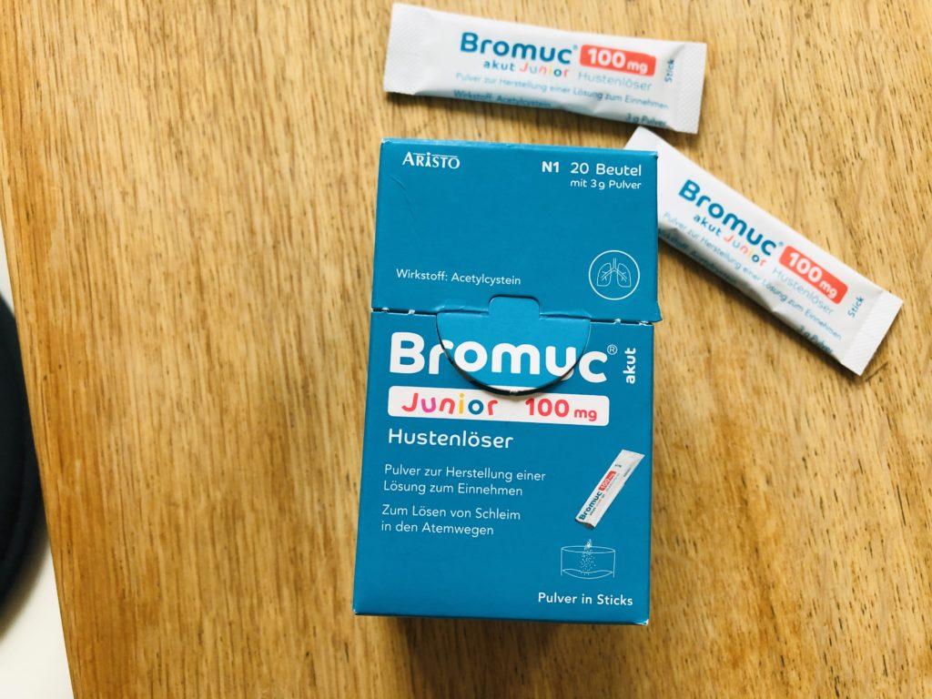 Bromuc3 1024x768 - Husten, dauernd krank: Können Sie bitte das Immunsystem meiner Kinder reparieren? - Wie oft unsere Kinder krank werden - und für die Eltern das Kartenhaus der Vereinbarkeit zusammenbricht. Da freuen sich alle über Linderung.