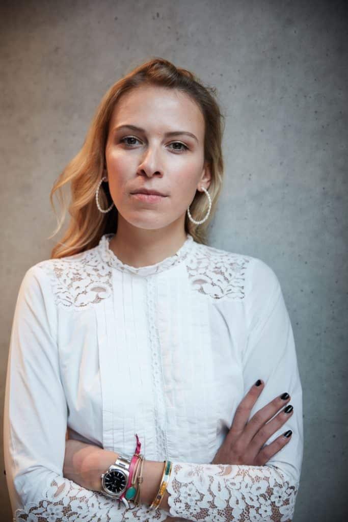 """Eden Books Nena Schink Unfollow Portrait ernst © Moritz Thau LOWERES 683x1024 - """"Ich war süchtig"""": Wie Instagram fast Nenas Leben zerstörte -"""