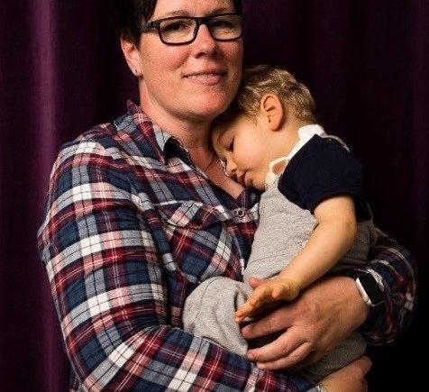 Held Kerstin©JacobiaDahm Fotor 476x435 - Meine Pflegekinder sind schwer behindert - Kerstin über ihre Lebensaufgabe mit besonderen Kindern - Kerstin hat in den letzten Jahren 12 Pflegekinder aufgenommen, wovon 10 schwerst-behindert waren. Wir haben mit Kerstin über ihren Alltag gesprochen: