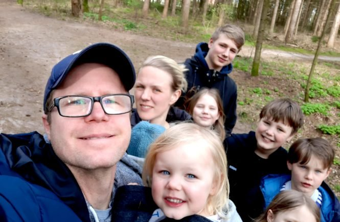 Großfamilie im Wald