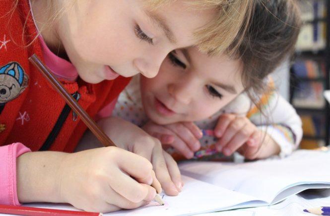 zwei Mädchen lernen