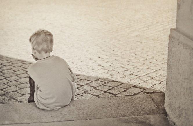 lonely 604086 1280 665x435 - Leserfrage: Meinem Sohn wurde von einer Lehrerin Prügel angedroht - was soll ich tun? - Pias Sohn ist verängstigt: Eine Lehrerin drohte ihm Prügel an. Die Schule reagiert nicht auf Pias Beschwerde....