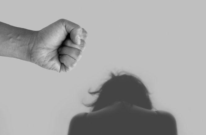 violence against women 4209778 1280 665x435 - Häusliche Gewalt: Für Frauen und Kinder kann die Corona-Isolation zur Falle werden - Wir haben mit Martina Schmitz vom Dachverband der autonomen Frauenberatungsstellen NRW e.V. über häussliche Gewalt gesprochen, inwieweit die Corona-Krise die Fallzahlen steigen lässt und wo betroffene Frauen und Kinder Hilfe finden: