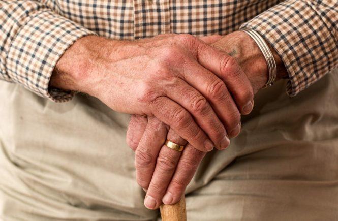 hands 981400 1280 665x435 - Opa und Oma: Besucht Ihr die Großeltern wieder mit Abstand? - Nach wochenlanger Isolation fragt sich Hanne: Können wir die Großeltern nun wieder besuchen? Oder ist das zu gefährlich?