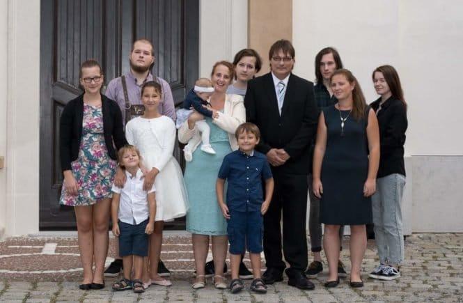 Carina 665x435 - Viel Wäsche, viel Trubel, viel Liebe: Carina über das Leben mit acht Kindern - Carina lebt in Wien mit ihrem Mann und acht Kindern. Wow - spannende Einblicke in die Großfamilie: