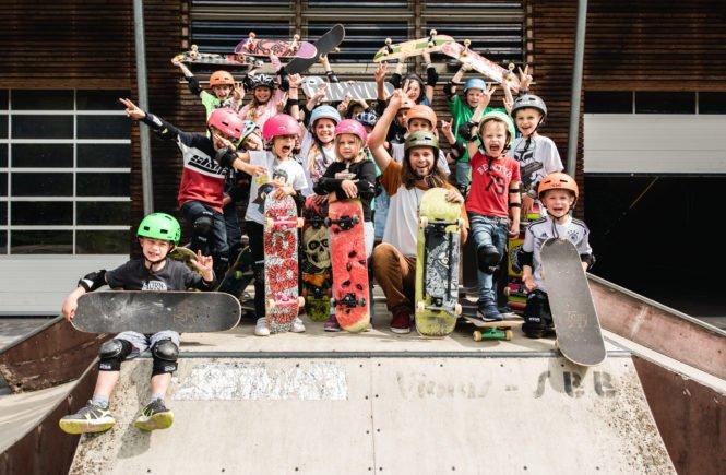 Gruppenbild Skateboardkurs Freising Tollhaus 665x435 - Skateboard fahren - der ideale Sport, um Kids Selbstvertrauen zu geben - Tom ist bayerischer Meister im Skateboard fahren und gibt Kurse für Kids - wegen Corona nun auch online: