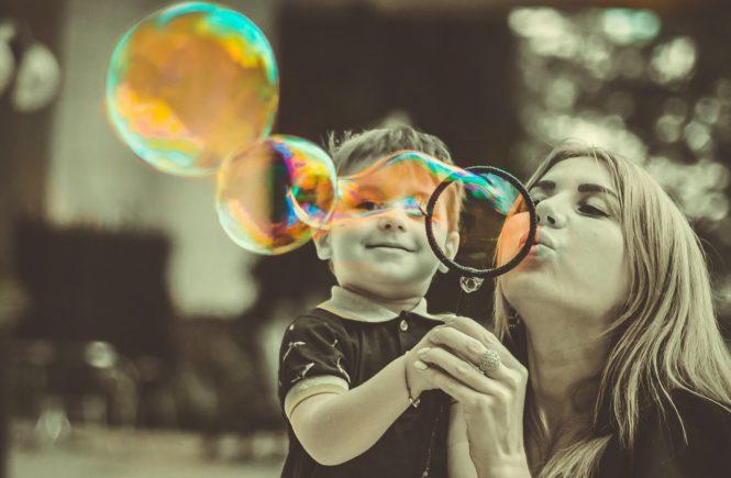 """Muttertag 665x435 - """"Für unsere Kinder sind wir die Welt!"""" Elternbloggerinnen am Muttertag: Was sie am Mamasein fasziniert - """"Wir sind für unsere Kinder die Welt."""" Zum Muttertag erzählen Elternbloggerinnen, was sie an ihrer Mutterrolle am meisten fasziniert."""
