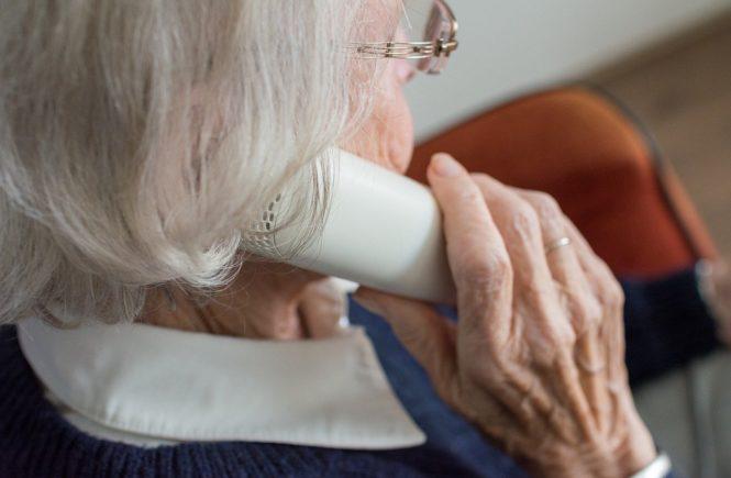woman 3188744 1280 665x435 - Ich habe meine Enkel wochenlang nicht gesehen - Oma Gudruns Blick auf die Isolation und uns Eltern - Wie geht es eigentlich den Senioren in dieser Krise? Und wie sehen sie unsere Generation? Ein Gespräch mit Oma Gundrun: