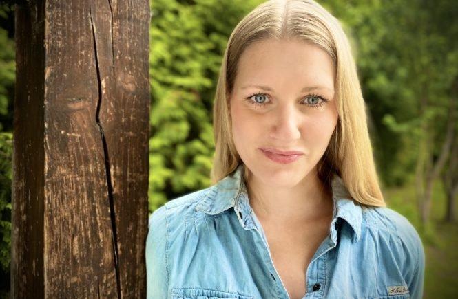 """Marlene im Freien 665x435 - Marlene Hellene: """"Mutterschaft ist eben nicht nur Erdbeereis mit Sahne, sondern manchmal einfach ziemlich ranzige Milch"""" - Sie ist bekannt für ihren derben Humor und begeistert damit die Internetgemeinde: Marlene Hellene. Nun hat sie ein neues Buch geschrieben."""